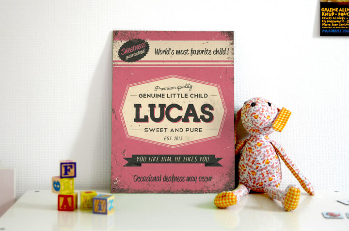 Mooi roze naambord van Koenmeloen met naam van kind. Leuk als kraamcadeau.