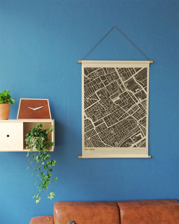 Den-Haag-mockup-textielposter-stadsplattegrond-schoolposter-blauwe-muur-koenmeloen