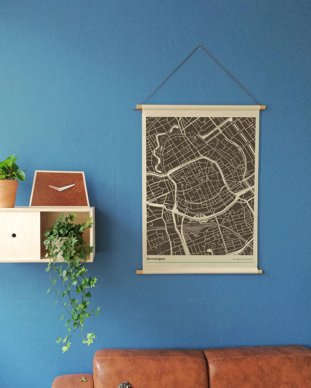Mockup-textielposter-schoolplaat-blauwe-muur-koenmeloen