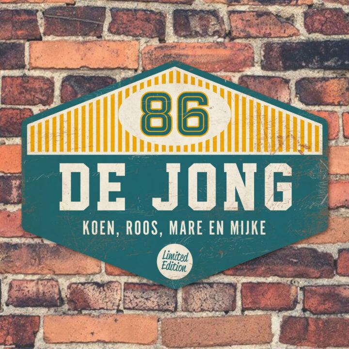 Koenmeloen-Naambord-de-jong-blauw-wit-geel-muur voordeur