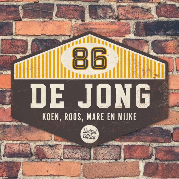 Koenmeloen Naambord-de-jong-geel-wit-zwart-muur voordeur