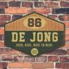 Naambord-De-Jong-groen-beige-rood-muur-koenmeloen voordeur