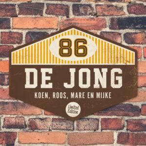 Naambord-de-jong-bruin-wit-geel-muur koenmeloen voordeur