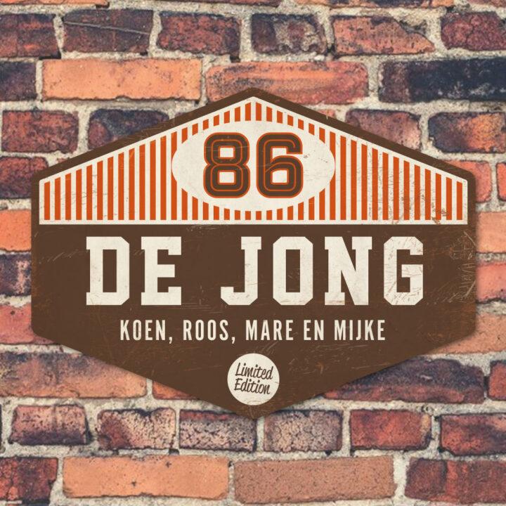 Naambord-de-jong-bruin-wit-oranje-muur koenmeloen voordeur