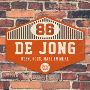 Naambord-de-jong-oranje-wit-bruin-muur koenmeloen voordeur