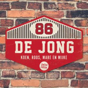 Naambord-de-jong-rood-wit-zwart-muur koenmeloen voordeur