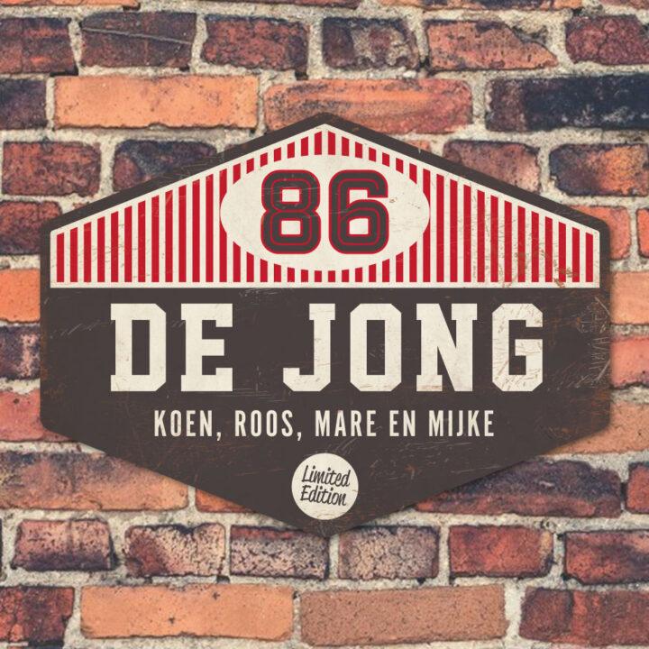 Naambord-de-jong-zwart-wit-rood-muur koenmeloen voordeur