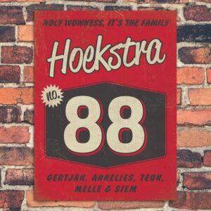Naambord-Hoekstra-voordeur-rood-wit-zwart-koenmeloen