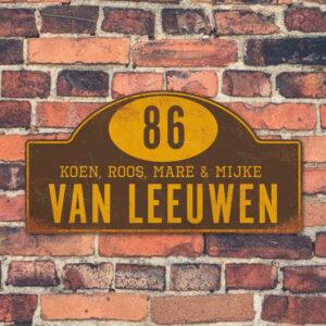 Naambord-Van-leeuwen-koenmeloen-bruin-geel-muur-rallybord