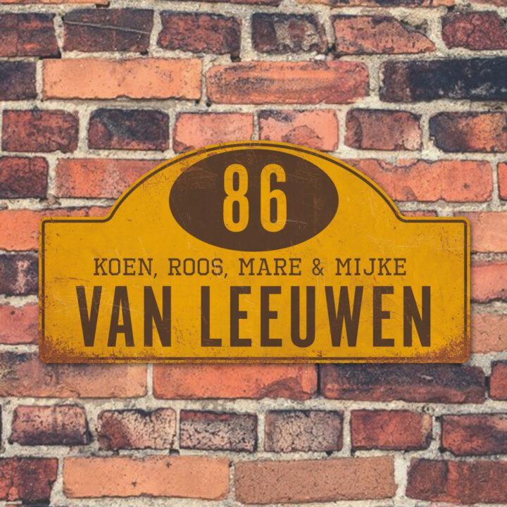 Naambord-Van-leeuwen-koenmeloen-geel-bruin-muur rallybord