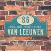 Naambord-Van-leeuwen-voordeur-koenmeloen-blauw-wit-muur-rallybord