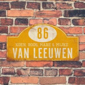 Naambord-Van-leeuwen-voordeur-koenmeloen-geel-wit-muur-rallybord