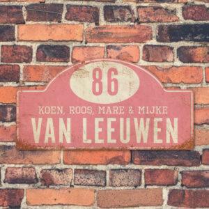 Naambord-Van-leeuwen-voordeur-koenmeloen-licht-roze-wit-muur-rallybord