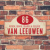 Naambord-Van-leeuwen-voordeur-koenmeloen-wit-donker-rood-muur rallybord