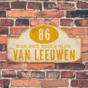 Naambord-Van-leeuwen-voordeur-koenmeloen-wit-geel-muur rallybord