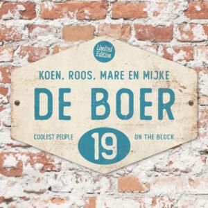 Naambord-de-boer-wit-blauw-ruit-koenmeloen-vintage-muur