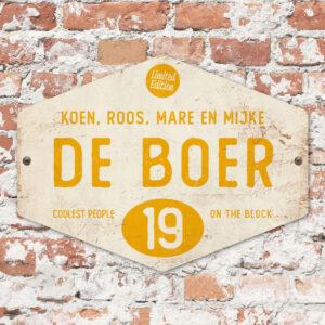 Naambord-de-boer-wit-geel-ruit-koenmeloen-vintage-muur