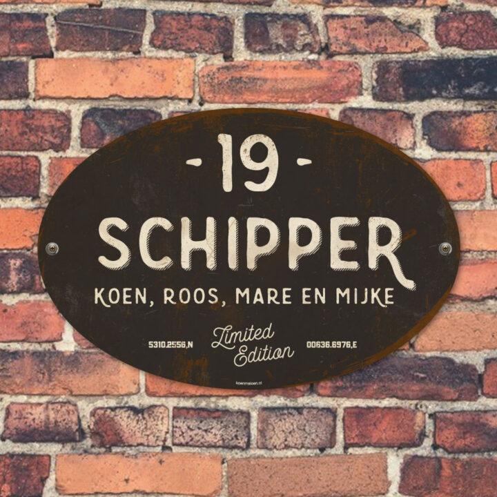 Naambord-Schipper-vintage-koenmeloen-voordeur-antraciet-wit-muur