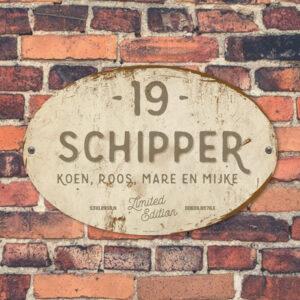 Naambord-Schipper-vintage-koenmeloen-voordeur-grijs-wit-muur