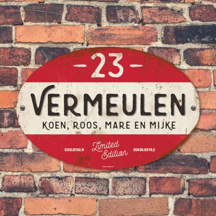 Naambord-Vermeulen-vintage-koenmeloen-voordeur-rood-zwart-wit-muur
