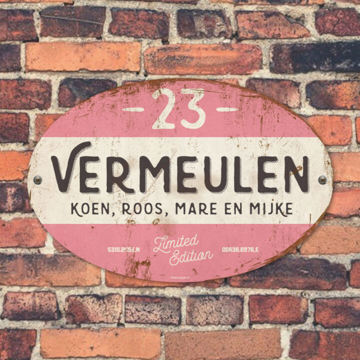 Naambord-Vermeulen-vintage-koenmeloen-voordeur-roze-zwart-wit-muur