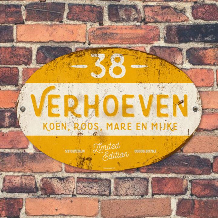 Naambord-Verhoeven-vintage-koenmeloen-voordeur-geel-wit-muur