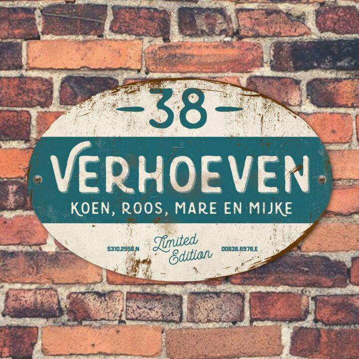 Naambord-Verhoeven-vintage-koenmeloen-voordeur-petrol-blue-wit