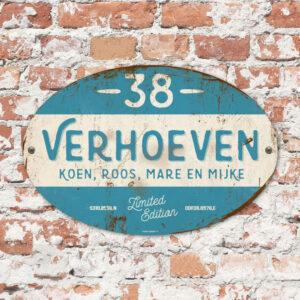 Naambord-Verhoeven-vintage-koenmeloen-voordeur-donker-blauw-wit-muur
