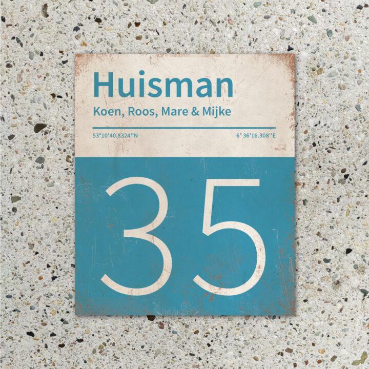 Naambord-Huisman-22-vlakken-nummer-onder-Koenmeloen--blauw-wit-muur
