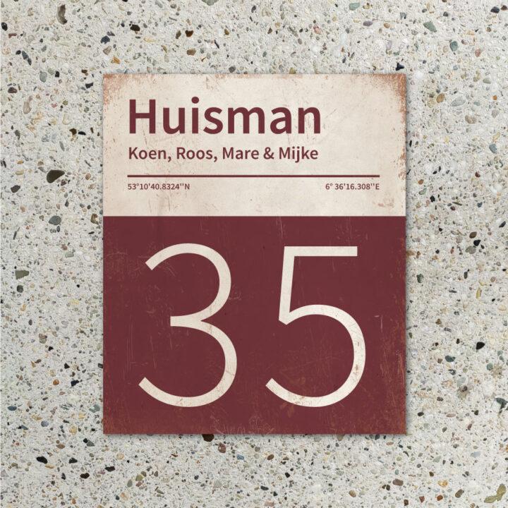 Naambord-Huisman-22-vlakken-nummer-onder-Koenmeloen--bordeaux-rood-wit-muur