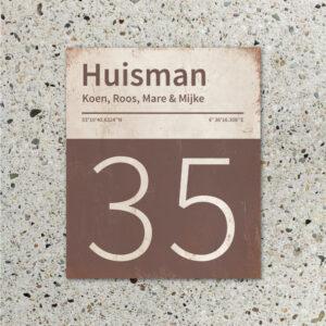 Naambord-Huisman-22-vlakken-nummer-onder-Koenmeloen--bruin-wit-muur