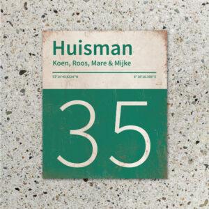 Naambord-Huisman-22-vlakken-nummer-onder-Koenmeloen--donkergroen-wit-muur
