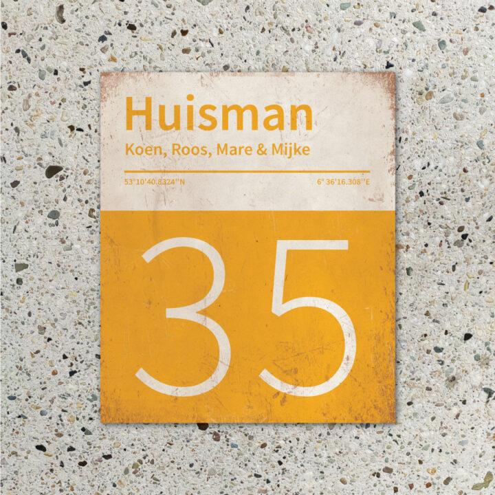 Naambord-Huisman-22-vlakken-nummer-onder-Koenmeloen--geel-wit-muur