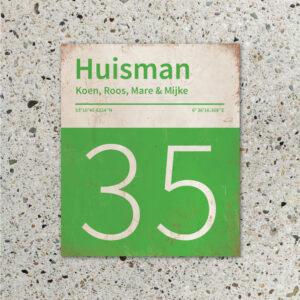 Naambord-Huisman-22-vlakken-nummer-onder-Koenmeloen--groen-wit-muur