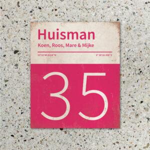 Naambord-Huisman-22-vlakken-nummer-onder-Koenmeloen--knalroze-wit-muur