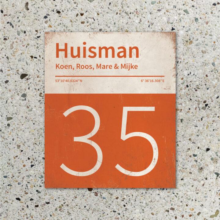 Naambord-Huisman-22-vlakken-nummer-onder-Koenmeloen--oranje-wit-muur