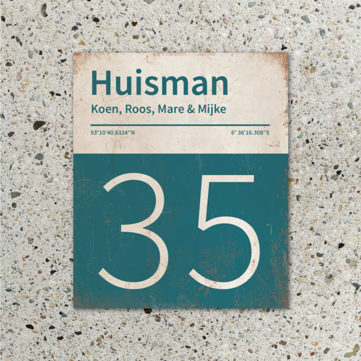Naambord-Huisman-22-vlakken-nummer-onder-Koenmeloen--petrol-blue-wit-muur