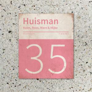 Naambord-Huisman-22-vlakken-nummer-onder-Koenmeloen--roze-wit-muur