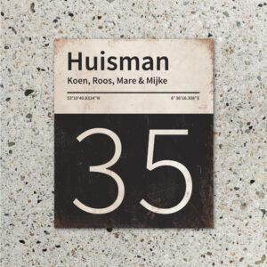 Naambord-Huisman-22-vlakken-nummer-onder-Koenmeloen--zwart-wit-muur