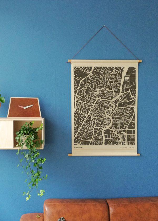 Haarlem-mockup-textielposter-stadsplattegrond-schoolposter-blauwe-muur-koenmeloen